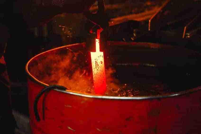 Spegnimento della lama in tempra in olio o in acqua?
